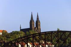 在伏尔塔瓦河河的老火车桥梁在布拉格在一个好夏日 库存图片