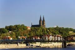 在伏尔塔瓦河河的老火车桥梁在布拉格在一个好夏日 免版税库存照片