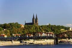 在伏尔塔瓦河河的老火车桥梁在布拉格在一个好夏日 免版税库存图片