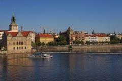在伏尔塔瓦河河的船在布拉格 库存图片
