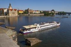 在伏尔塔瓦河河的船在布拉格 库存照片