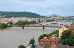 在伏尔塔瓦河河的铁路桥 免版税库存照片