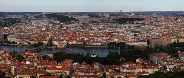 在伏尔塔瓦河河,普拉哈,布拉格,捷克共和国的查尔斯桥梁 免版税库存照片