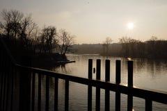 在伏尔塔瓦河的晚上太阳 库存图片