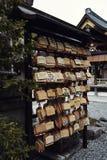 在伏见稻荷大社寺庙的Ema匾 免版税库存照片