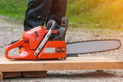 在伐木工人附近的锯木头的 图库摄影