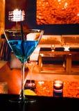 在休息室酒吧桌上的蓝色鸡尾酒饮料 免版税库存图片