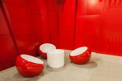 在休闲之间的红色凳子 免版税库存照片