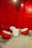 在休闲之间的红色凳子 库存图片