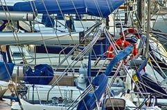 在休闲口岸停泊的游艇 免版税库存照片