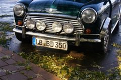 在优秀情况的英国葡萄酒汽车在停车处 免版税库存照片