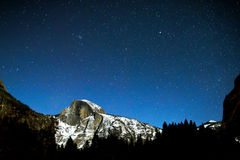 在优胜美地的半圆顶清楚的,满天星斗,冬天夜 图库摄影