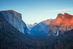 在优胜美地谷的五颜六色的日落,对半圆顶和El capitan和高瀑布的隧道视图 库存图片