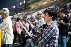 在优胜者打赌的观众 免版税库存图片