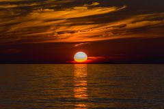 在优越湖的日落 免版税库存照片
