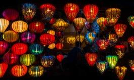 在会安市农贸市场的五颜六色的灯笼  免版税库存照片