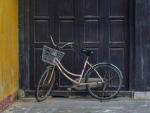 在会安市古镇,越南的自行车 免版税库存照片