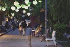 在会安市街道上的夜漫步 免版税库存图片