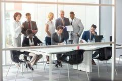 在会议上分析事务的公司工作者 免版税库存图片
