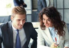 在会议在内部现代明亮的办公室和工作的起始的企业队在膝上型计算机 图库摄影
