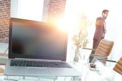 在会议室打开在桌面上的膝上型计算机, 库存图片