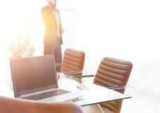 在会议室打开在桌面上的膝上型计算机, 库存照片