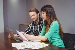 在会议室的男性和图表设计师 免版税库存照片