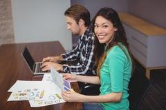 在会议室的男性和图表设计师 免版税图库摄影