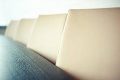 在会议室,关闭和浅景深的椅子- 库存图片