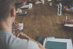 在会议桌概念的不同的人配合 免版税库存照片