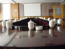 在会议桌的茶杯 免版税库存图片