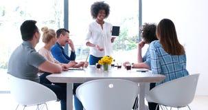 在会议的不同种族的起始的企业队 库存照片
