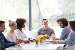 在会议的不同种族的起始的企业队 免版税库存照片