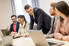 在会议的企业队在现代明亮的办公室内部和wo 库存图片