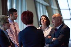 在会议的商人小组在现代明亮的办公室 库存图片