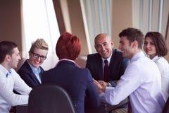 在会议的商人小组在现代明亮的办公室 免版税图库摄影