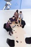 在会议的商人小组鸟瞰图  免版税库存图片