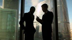 在会议的多文化商务伙伴握手反对全长窗口 股票视频
