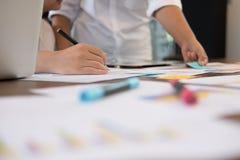 在会议的年轻成功的起始的队在办公室 商人 免版税图库摄影