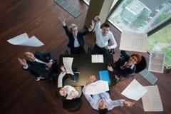 在会议的愉快的商人小组在现代办公室 免版税图库摄影