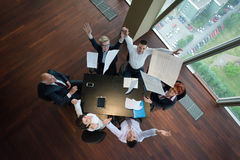 在会议的愉快的商人小组在现代办公室 库存图片