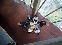 在会议的愉快的商人小组在现代办公室 免版税库存照片