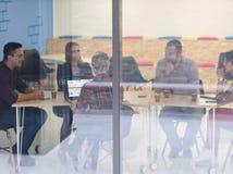 在会议的起始的企业队在现代办公室 图库摄影