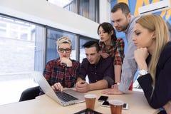 在会议的起始的企业队在现代办公室 免版税库存照片