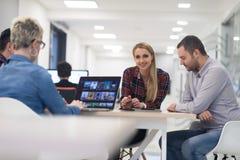 在会议的起始的企业队在现代办公室 免版税图库摄影