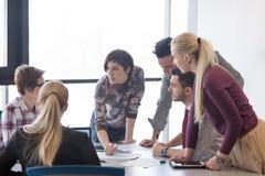 在会议的年轻商人小组在现代办公室 免版税库存照片