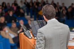 在会议研讨会介绍的商人小组 免版税库存图片