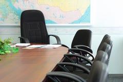 在会议以后的头空的办公室 免版税库存照片