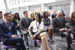 在会议介绍的观众等待的报告人 库存图片