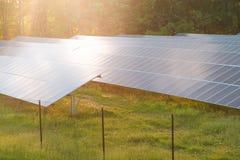 在会集从太阳的农场的太阳电池板电 免版税库存照片